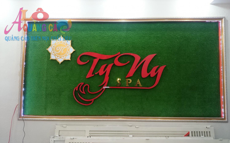 Bảng hiệu Tyny Spa độc đáo với cỏ nhân tạo