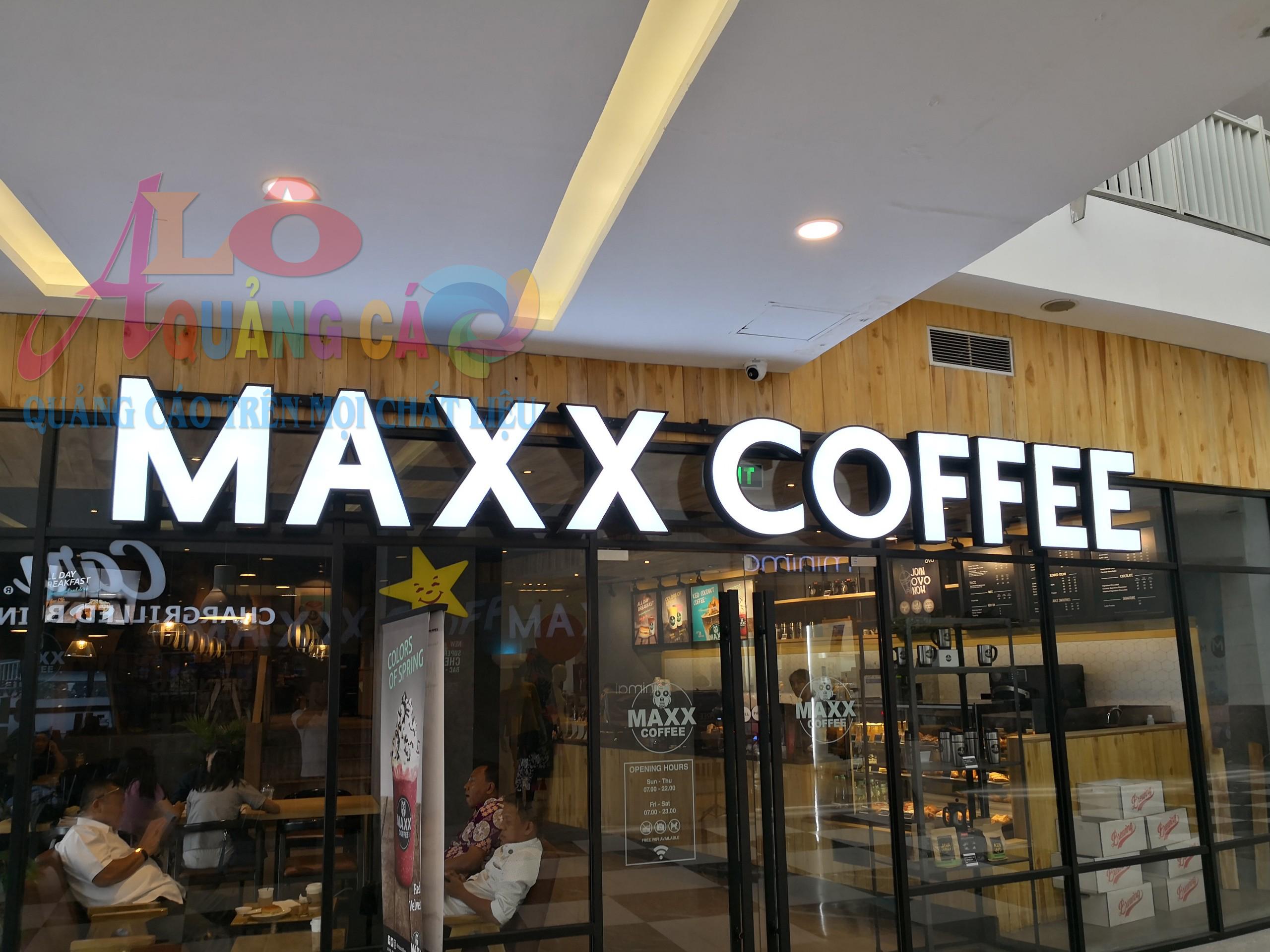 Maxx Coffee đẹp đơn giản với chữ nổi mica chân inox led sáng mặt chữ