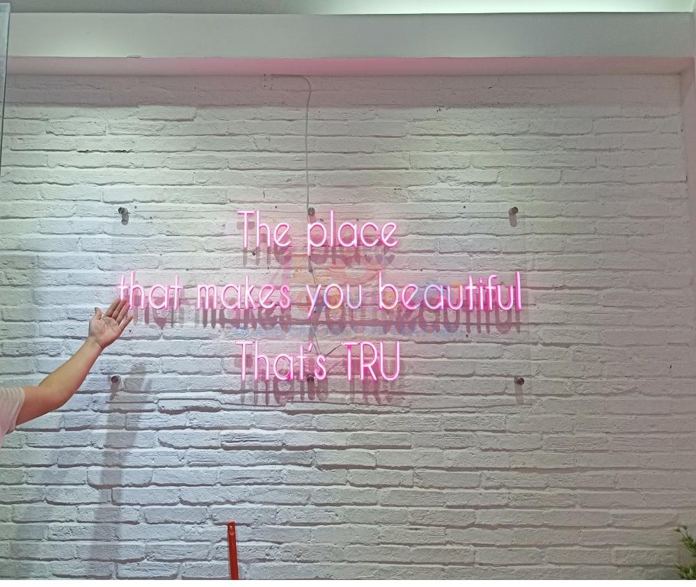 Thi công neon led nhựa dẻo đế mica Trụ Nail Spa trong nhà